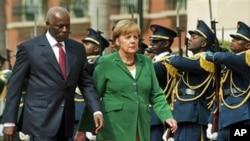 Eduardo dos Santos e Angela Merkle: consolidar a política externa
