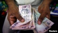 인도 뭄바이의 사설 환전상이 루피화 지폐를 세고 있다. (자료사진)