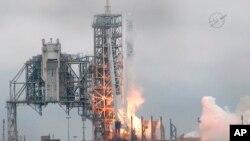 La compañía de Elon Musk lanzó la cápsula modelo Falcon 9 rumbo a la Estación Espacial Internacional, donde entregará suministros. La empresa espera lanzar astronautas desde Cabo Cañaveral a partir del próximo año.