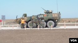 2015年參加在俄羅斯南部舉行的軍事比賽活動的中國和俄羅斯士兵。