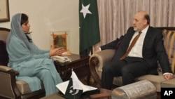 افغان سفیر عمر داؤد زئی پاکستانی وزیر خارجہ کےہمراہ (فائل فوٹو)