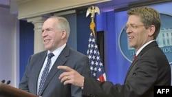 Cố vấn chống khủng bố của Tổng thống Obama, John Brennan (Trái) trong một cuộc họp báo tại Tòa Bạch Ốc