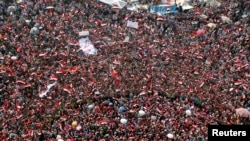 反对和支持总统穆尔西的民众聚集在开罗