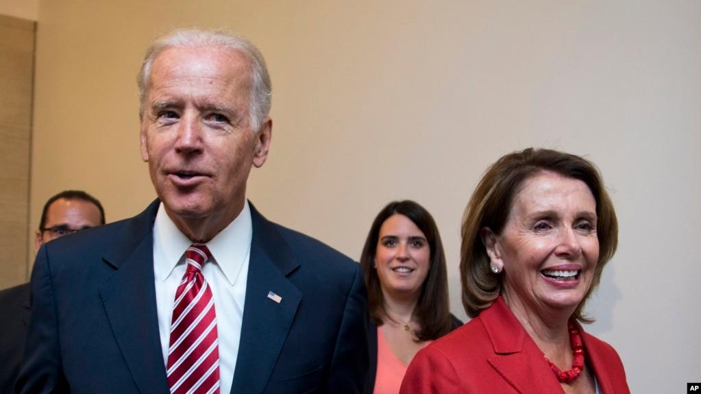 Cựu Phó Tổng thống Joe Biden (trái) vừa được Chủ tịch Hạ viện Nancy Pelosi (phải) - trong bức ảnh chụp ngày 15/7/2015 - ủng hộ tranh cử chức tổng thống Mỹ trong cuộc bầu cử sẽ diễn ra vào tháng 11 năm nay.