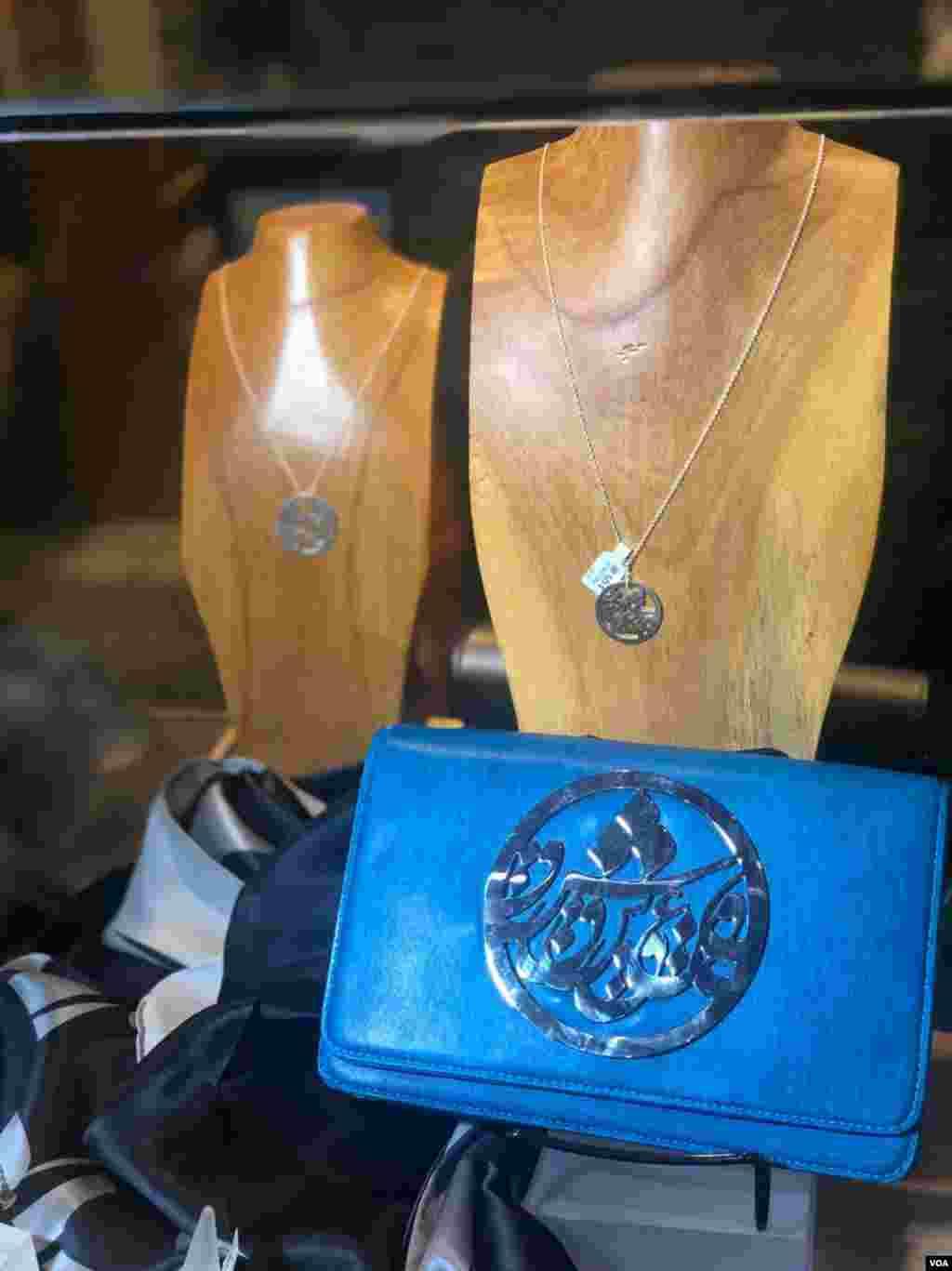 در حاشیه جشن نوروز در گالری «فریر و سکلر» در واشنگتن آثار و جواهرات برخی هنرمندان ایرانی نیز نمایش داده می شد.