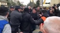 Polis MSK-nın qarşısında deputatlığıa namizədləri tutur