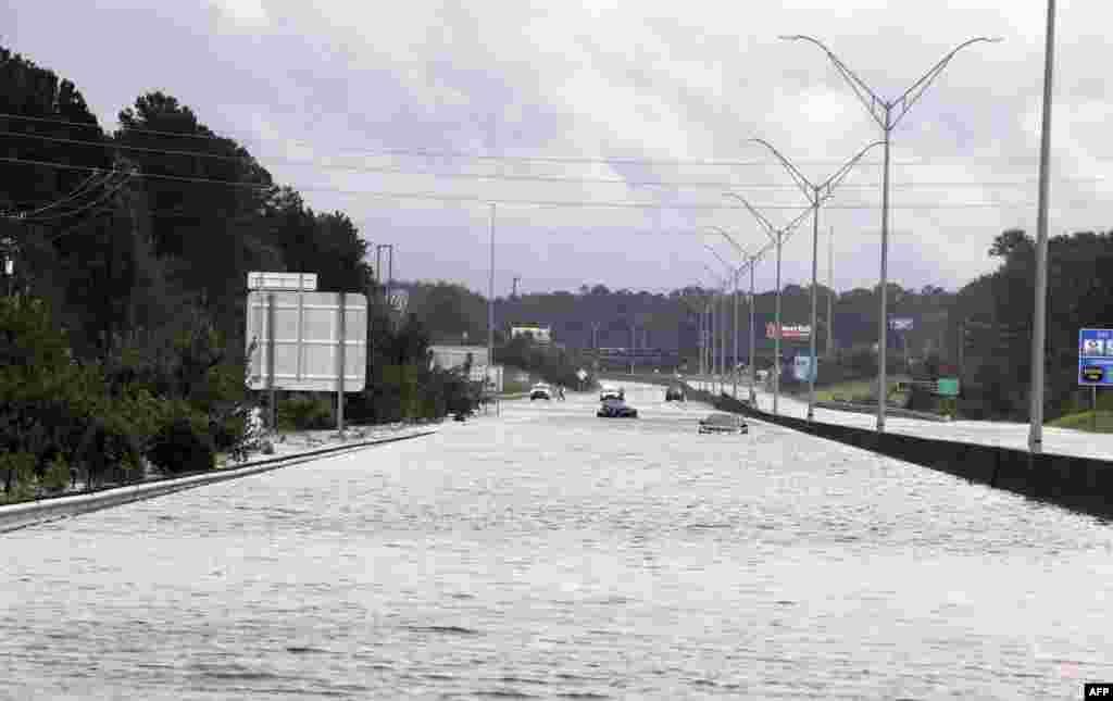 بخشی از اتوبان ۹۵ که از ماساچوست در شمال شرقی آمریکا به میامی در جنوب می رود، در کارولینای شمالی زیر آب رفته است.
