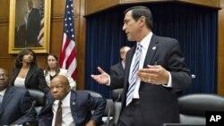 Congresistas republicanos, incluidos el representante Darrell Issa (de pie) han manifestado su disposición por negociar el desacato del secretario de Justicia, Eric Holder.