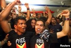 Para pemuda Timor Leste yang tinggal di Portugal merayakan pengumuman hasil referendum kemerdekaan Timor Leste, 4 September 1999. (Foto: Reuters)