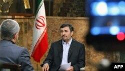 Tổng thống Iran, Mahmoud Ahmadinejad, nói chuyện trên đài truyền hình nhà nước của Iran về chương trình hạt nhân