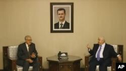 ທູດພິເສດນາໆຊາດ ຮັບຜິດຊອບເລື່ອງຊີເຣຍ ທ່ານ Lakhdar Brahimi (ຊ້າຍ) ພົບປະກັບລັດຖະມົນຕີການຕ່າງປະເທດຊີເຣຍ ທ່ານ Walid Moallem ທີ່ນະຄອນຫຼວງດາມັສກັສ (13 ກັນຍາ 2012)
