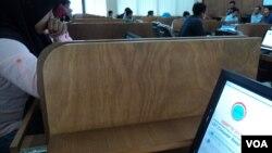 Murid-murid di Solo mengerjakan ujian Seleksi Bersama Masuk Perguruan Tinggi Negeri (SBMPTN) lewat sistem daring. (VOA/Yudha Satriawan)