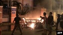 Người biểu tình đốt xe gắn máy ở tỉnh Bình Thuận để phản đối dự luật đặc khu kinh tế giờ đã bị hoãn, ngày 10 tháng 6, 2018.