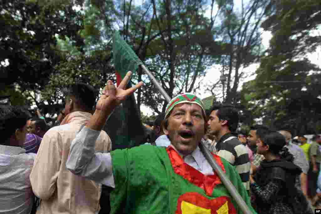 Activists celebrate the death sentence of Salauddin Quader Chowdhury, Dhaka, Oct. 1, 2013.
