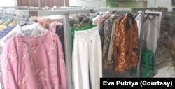 Pakaian bekas layak pakai ynag dipajang di Toko Kita, menjual pakaian dengan bayar seikhlasnya (Foto: Eva Putriya/Toko Kita).
