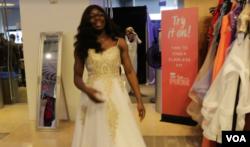 '세이 예스 투더 프롬 드레스(Say yes to the Prom Dress)'행사에 참석한 학생이 드레스를 입고 기뻐하고 있다.
