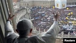 教宗本笃祝福聚集在圣彼得广场上的信众