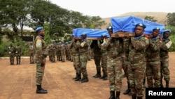 Des Casques bleus de la Mission des Nations unies au Mali, Minusma, portent les cercueils contenant les corps de deux de leurs collègues tués lors d'un attentat à Kidal, à Bamako, 18 décembre 2013. REUTERS/Adama Diarra