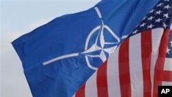 Cờ Nato và cờ Hoa Kỳ treo bên ngoài bản doanh của NATO ở Brussels