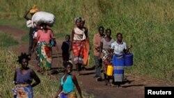 Après le passage du cyclone IdaiMaria Jofresse, 25 ans, se rend dans un camp pour personnes déplacées en compagnie de ses parents, John Segredo, près de Beira, au Mozambique, le 3 avril 2019.