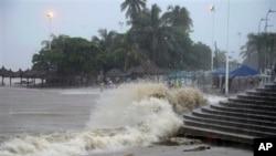 Hujan lebat yang dipicu oleh Badai Tropis Manuel menimbulkan gelombang tinggi yang menghantam pantai di kota Acapulco, Meksiko, Senin (15/9).