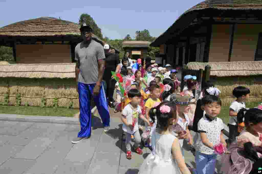 북한을 방문한 데니스 로드먼이 14일 평양의 김일성 생가인 만수대에서 어린이들 옆을 지나고 있다.