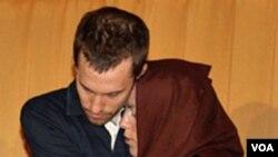 Salah seorang pejalan kaki AS, Shane Bauer saat bertemu ibunya, Cindy Hickey di Teheran, 20 Mei 2010.