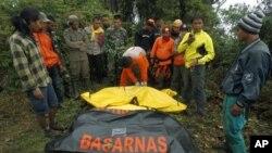 Tim SAR mengumpulkan kantong jenazah korban Sukhoi Superjet 100 dari sekitar kepingan pesawat yang jatuh di Gunung Salak, Bogor (11/5). Sekitar 50 penumpang pesawat naas tesebut dikhawatirkan tewas.