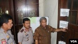 Menteri Pendidikan dan Kebudayaan Mohammad Nuh memeriksa gudang penyimpanan naskah ujian nasional di Polrestabes Surabaya, Sabtu, 5 April 2014 (VOA/Petrus Riski)