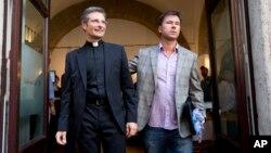 Monseñor Krzysztof Charamsa, izquierda también presentó a su novio, Eduard durante una conferencia de prensa.