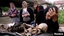 سربرینیکا کی ایک ماں اپنے بچے کی باقیات دیکھ کر رو رہی ہیں