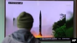 韩国民众正在观看电视播放的朝鲜发射导弹的资料录像
