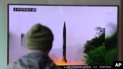 Seorang pria menyaksikan program berita di televisi di Stasiun Kereta Api Seoul yang menunjukkan citra peluncuran peluru kendali yang dilakukan oleh Korea Utara (20/10). Seoul, Korea Selatan (foto: AP Photo/Lee Jin-man)