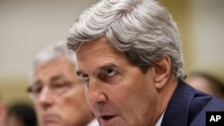 2013年9月4美国国务卿克里在众议院外交事务委员会就叙利亚问题作证,在他右侧的是美国国防部长哈格尔。