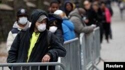 Warga antre untuk mendapatkan tes virus corona atau COVID-19 di Brooklyn Hospital Center, Brooklyn, New York, 19 Maret 2020. (Foto: Reuters)