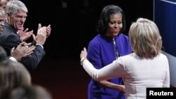 美國第一夫人米歇爾.奧巴馬(左二)和共和黨總統侯選人羅姆尼夫人安.羅姆尼在丹佛的總統電視辯論台上握手。