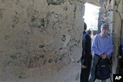 امریکی سفیر رابرٹ فورڈ شام میں حکومت کی دعوت پر ایک مقام کا دورہ کرتے ہوئے۔ فائل