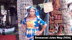 Une exposante du festival, Princesse Botinyui, artiste-peintre, à Yaoundé, le 3 août 2017. (VOA/Emmanuel Jules Ntap)