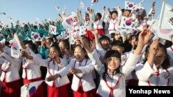 독도의 날인 25일 서울 광화문 광장에서 나라독도살리기국민운동본부가 주최환 '독도의날 기념식'에서 참가자들이 만세삼창을 부르고 있다.