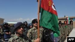 阿富汗国民军士兵在喀布尔以北的巴格拉姆美国空军基地所举行的将巴格拉姆军事监狱移交给阿富汗当局的仪式中列队站立