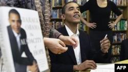 Барак Обама подписывает свои книги