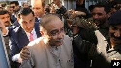 آصف زرداری کراچی کی بینکنگ عدالت میں پیش ہونے آ رہے ہیں۔ (فائل فوٹو)