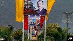 İslamabadın əsas şosse yolunda Azərbaycan, Qazaxıstan and Türkiyə prezidentlərinin portretləri yerləşdirilmiş plakat