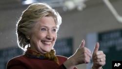 Mdemokrat Hillary Clinton akiwapa ishara ya gfumba wafuasi wake katika mji wa Pittsburgh, Pa.