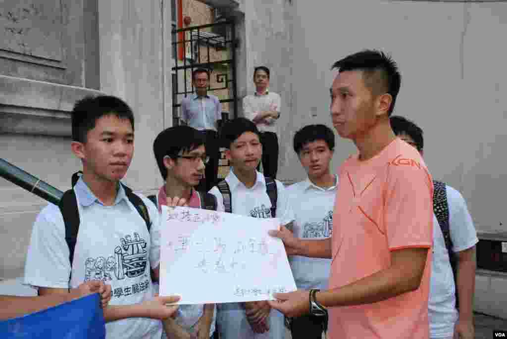 學生代表向香港培正小學代表遞交請願信,要求校方撤回普教中計劃、恢復廣東話母語教學