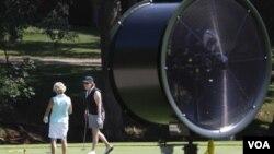 Un ventilador gigante les refresca la jornada a jugadoras de golf en Dallas, Texas
