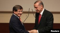 Menteri Luar Negeri Ahmet Davutoglu (kiri) diangkat sebagai PM baru Turki menggantikan Recep Erdogan (kanan), yang akan segera menduduki jabatan Presiden (21/8).