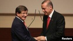 Perdana Menteri Turki Ahmet Davutoglu (kiri) dan Presiden Recep Tayyip Erdogan (foto: dok). Penyingkiran Davutoglu memicu perdebatan sengit di dalam partai AKP.