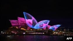 在澳大利亞悉尼的燈光表演中,悉尼歌劇院變換形態(2017年5月26日)