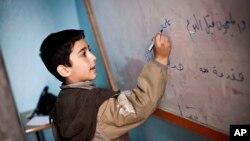 Un élève s'exerce à l'écriture arabe (17 décembre 2012, Alep, Syrie)